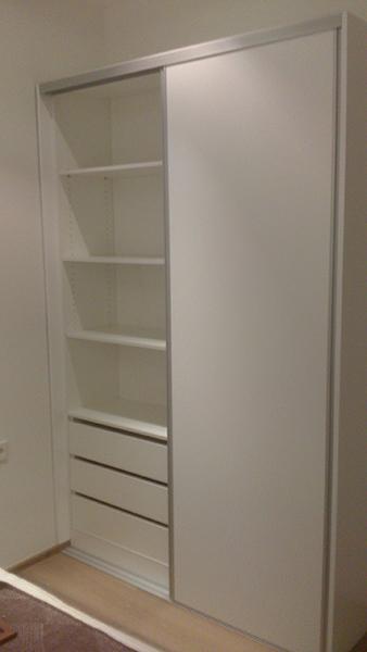 Armario con puertas correderas lacadas en blanco con perfil de aluminio. Instalación en la Barceloneta