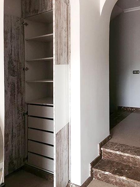 Armario empotrado con puerta practicable combinada con melamina y cristal
