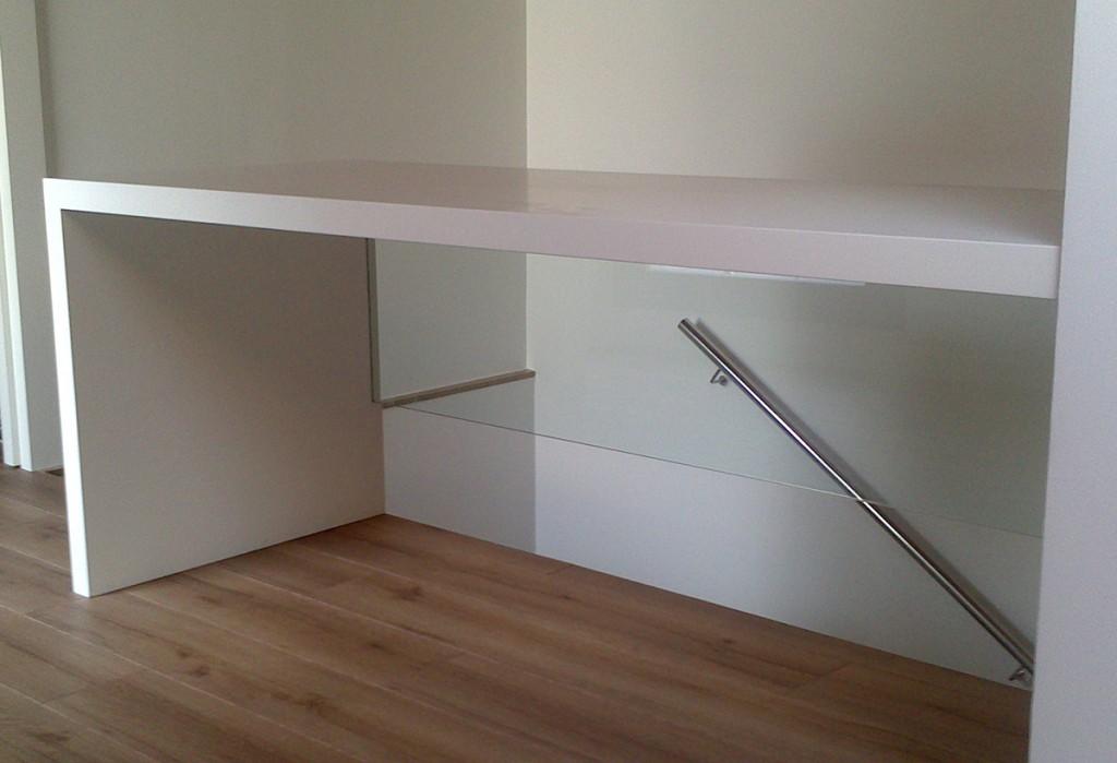 armario-para-buhardilla-con-puertas-practicables-y-hueco-decorativo-lacado-en-blanco-y-negro-3-1200