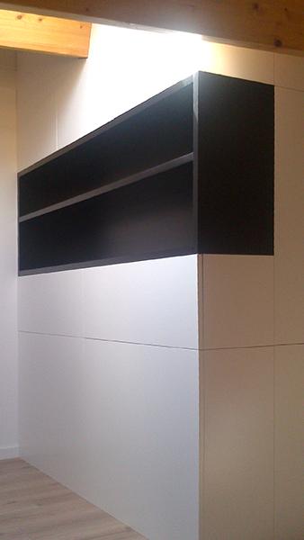 Armario para buhardilla con puertas practicables y hueco decorativo lacado en blanco y negro. Instalación en Gavà