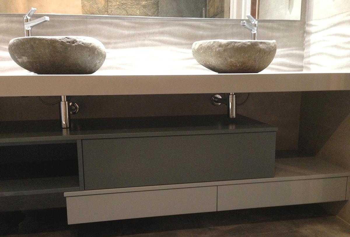 Mueble de baño a medida bajo faldón de mármol lacado en dos colores con cajones con guías grass de extracción con freno