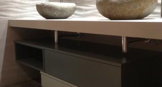 mueble-de-baño-a-medida-bajo-faldón-de-mármol-lacado-en-dos-colores-con-cajones-con-guías-grass-de-extracción-con-freno-2-1200