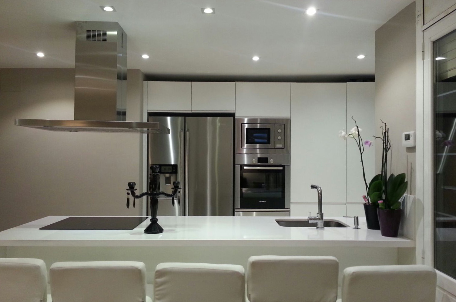 Muebles de cocina a medida lacados en blanco con uñero