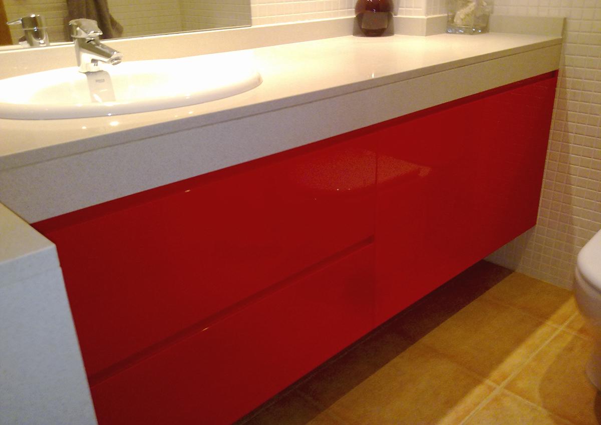 Mueble baño a medida bajo faldón de mármol lacado rojo con uñero y guías grass de extracción total con freno