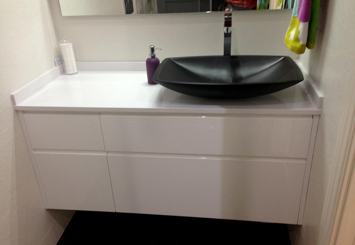 Mueble de baño a medida lacado blanco con uñero con cajones con guía grass de extracción total con freno