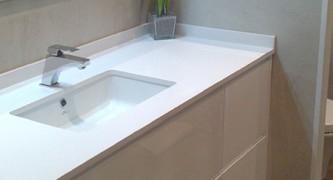mueble-de-baño-a-medida-suspendido-lacado-blanco-con-uñero.-cajones-con-guía-grass-de-extracción-total-con-freno-700