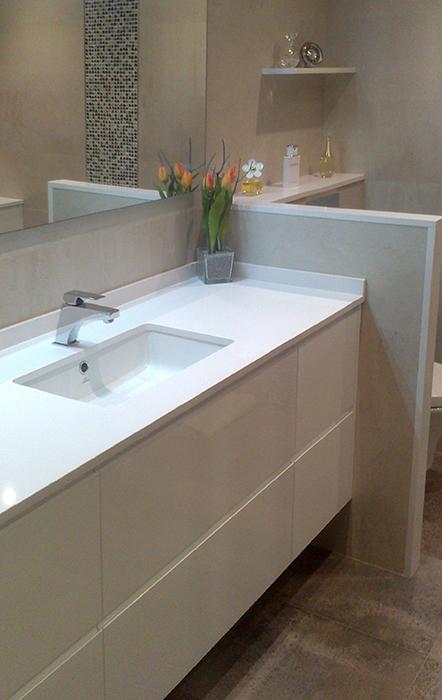 Mueble de baño a medida suspendido lacado blanco con uñero. Cajones con guía grass de extracción total con freno. Instalación en Barcelona