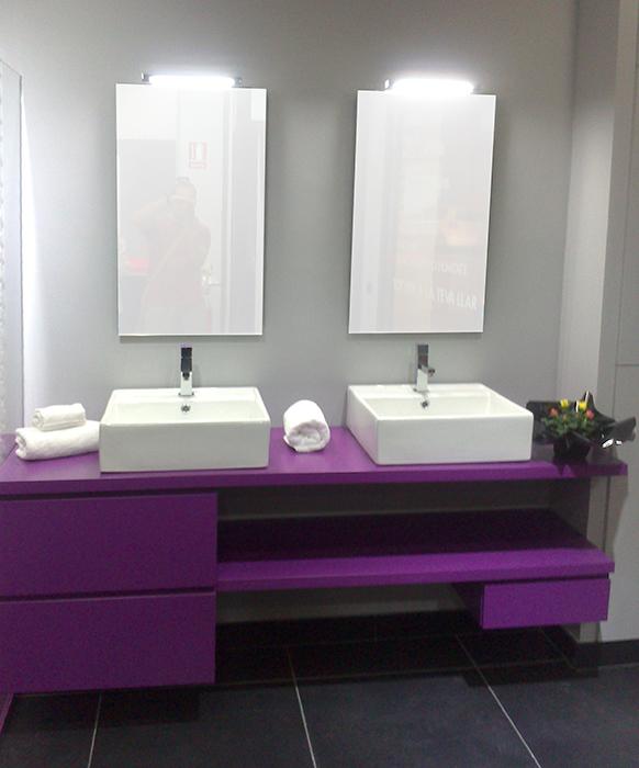 Mueble de baño a medida suspendido lacado color lila con uñero. Cajones con guía de extracción total con freno. Instalación en Sant Vicenç dels Horts