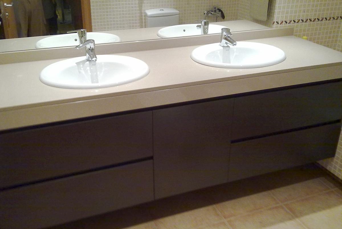 Mueble de baño bajo faldón a medida en rechapado barnizado con cajones con guía grass de extracción total con freno
