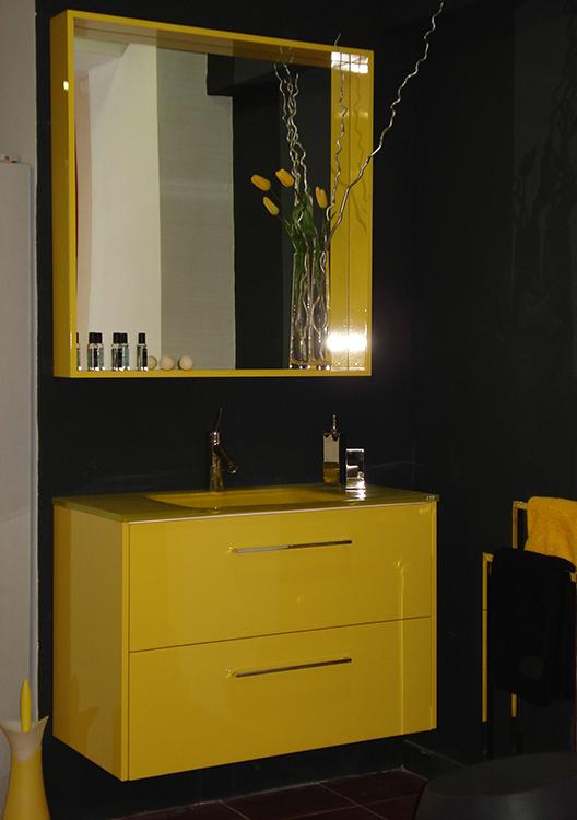 Mueble de baño lacado amarillo. Cajones con guía de extracción total con freno. Espejo enmarcado. Instalación en Gavà