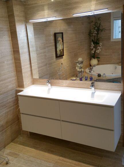 Mueble de baño para encimera de porcelana de dos senos en melamina blanca con 4 cajones con guía grass de extracción total con freno. Espejo y 2 apliques modelo Yonne