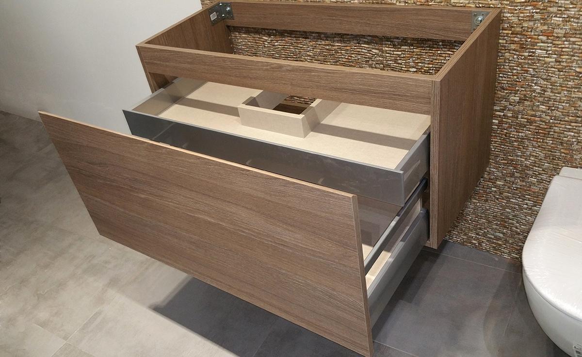 Mueble de baño suspendido a medida en melamina roble con uñero a inglete. Cajón y cajón interior con guía grass de extracción total con freno. Instalación en Barcelona