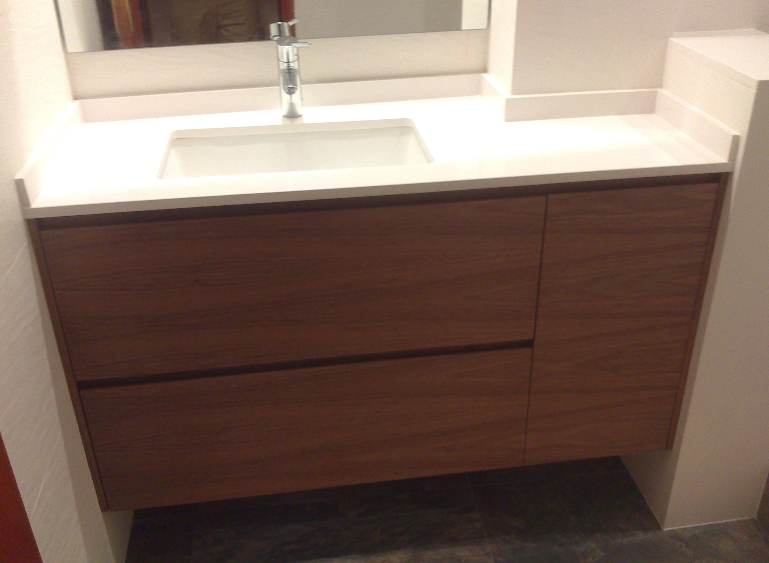 Mueble de baño suspendido a medida en rechapado barnizado con uñero