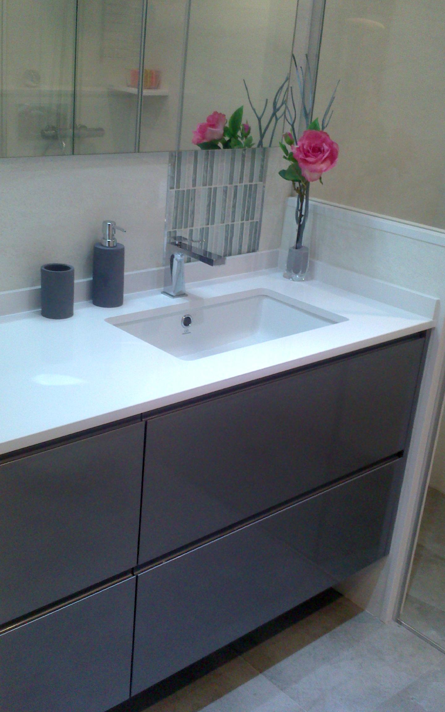 Mueble de baño suspendido a medida lacado color con uñero. Cajones con guía de extracción total con freno