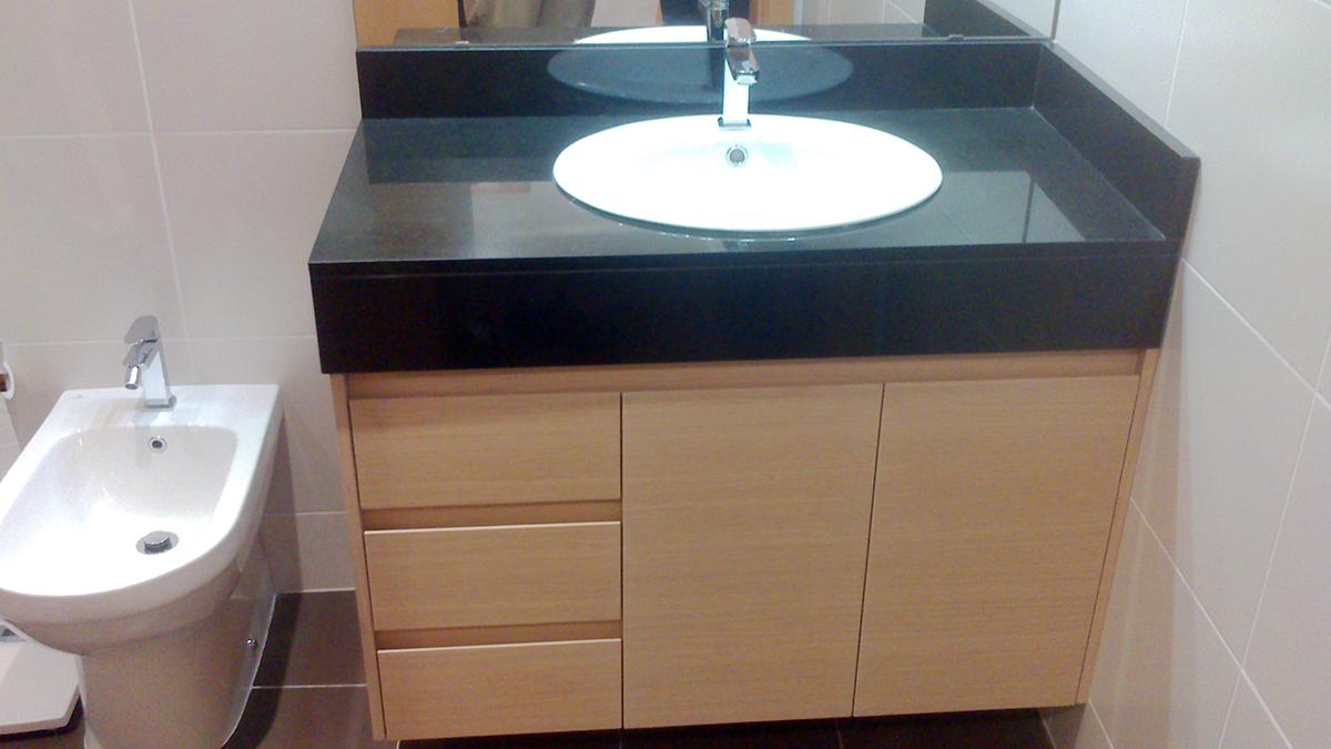 Mueble de baño suspendido bajo faldón en rechapado barnizado con uñero. Cajones con guía de extracción total con freno.