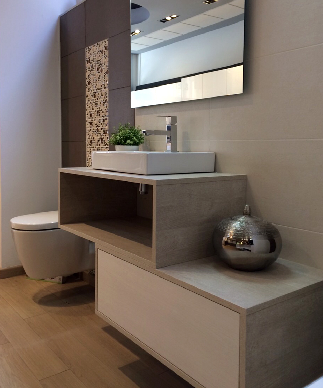 Mueble de baño suspendido en melamina imitación madera y frontal lacado blanco. Cajon push con guía de extracción total con freno