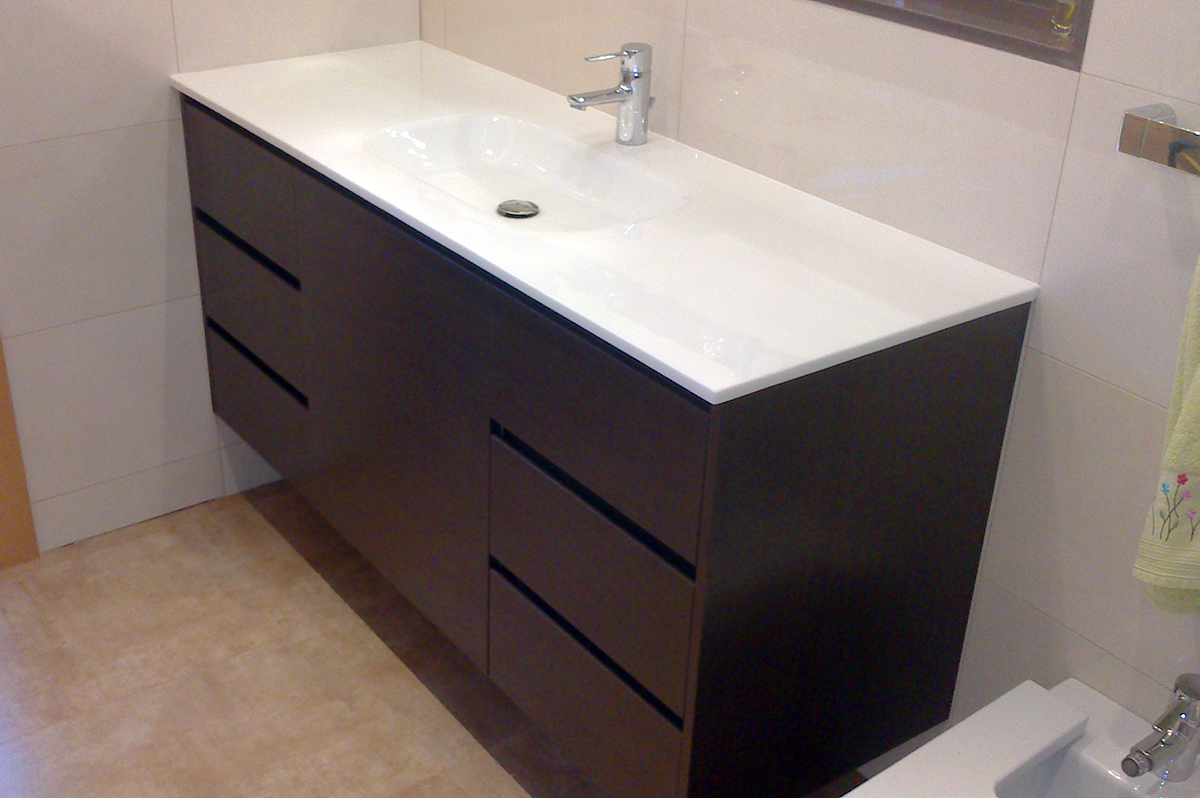 Mueble de baño suspendido en rechapado barnizado con uñero. Cajones con guías de extracción total con freno. Instalación en Barcelona