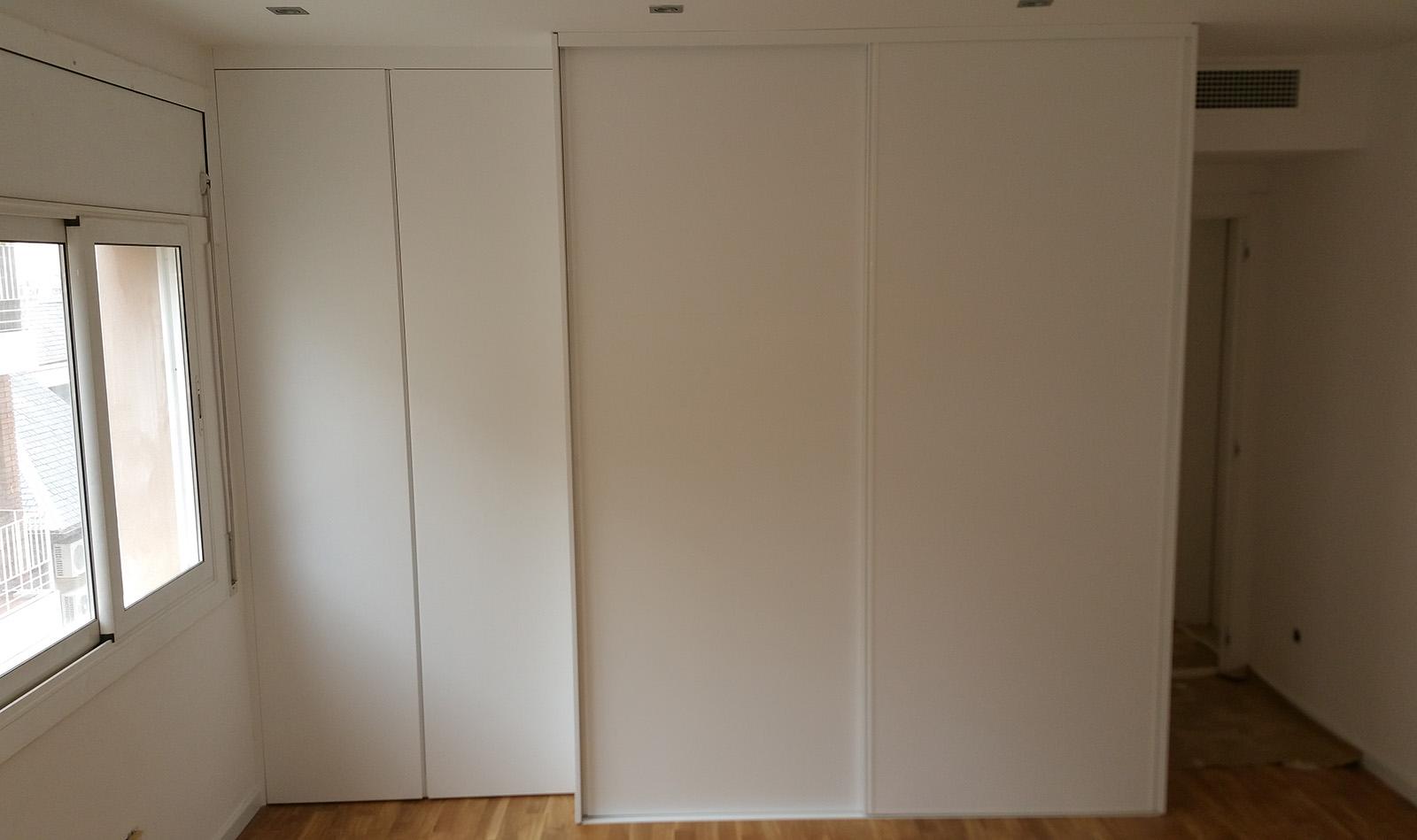 Armario ropero con puertas correderas lacadas en blanco