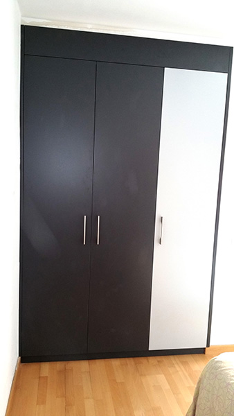 Armario ropero empotrado con puertas practicables lacado en 2 colores.