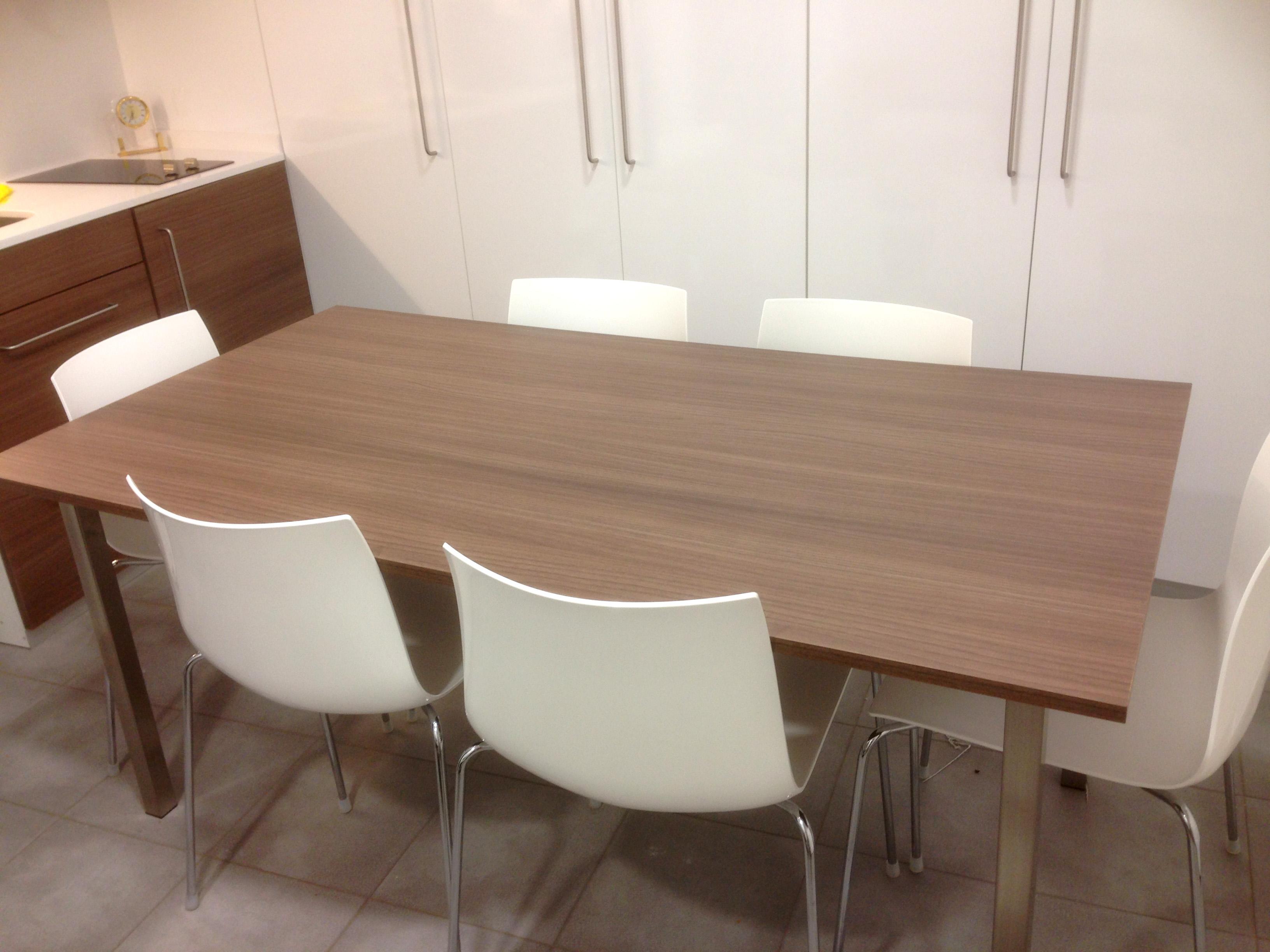Cocina en melamina blanca con mesa rechapada mb concept for Mesa cocina blanca