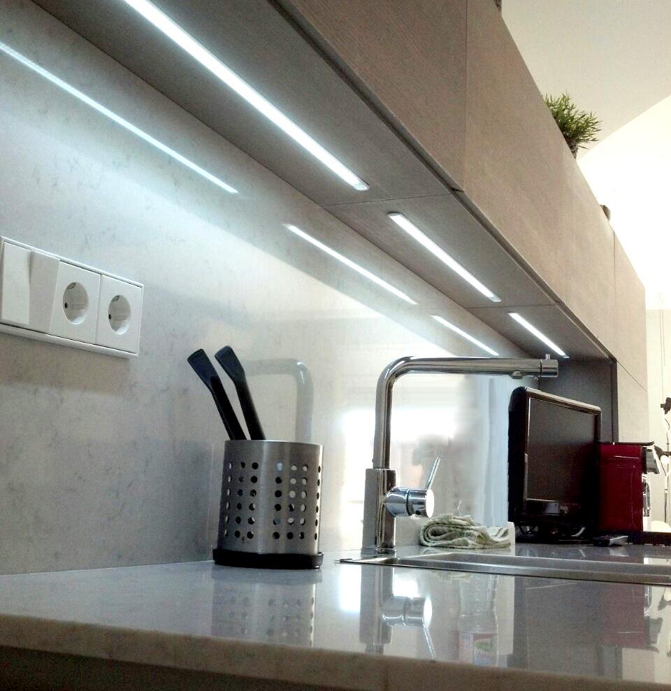 Cocina en rechapado barnizado con tirador uñero a inglete y tira de luz led.