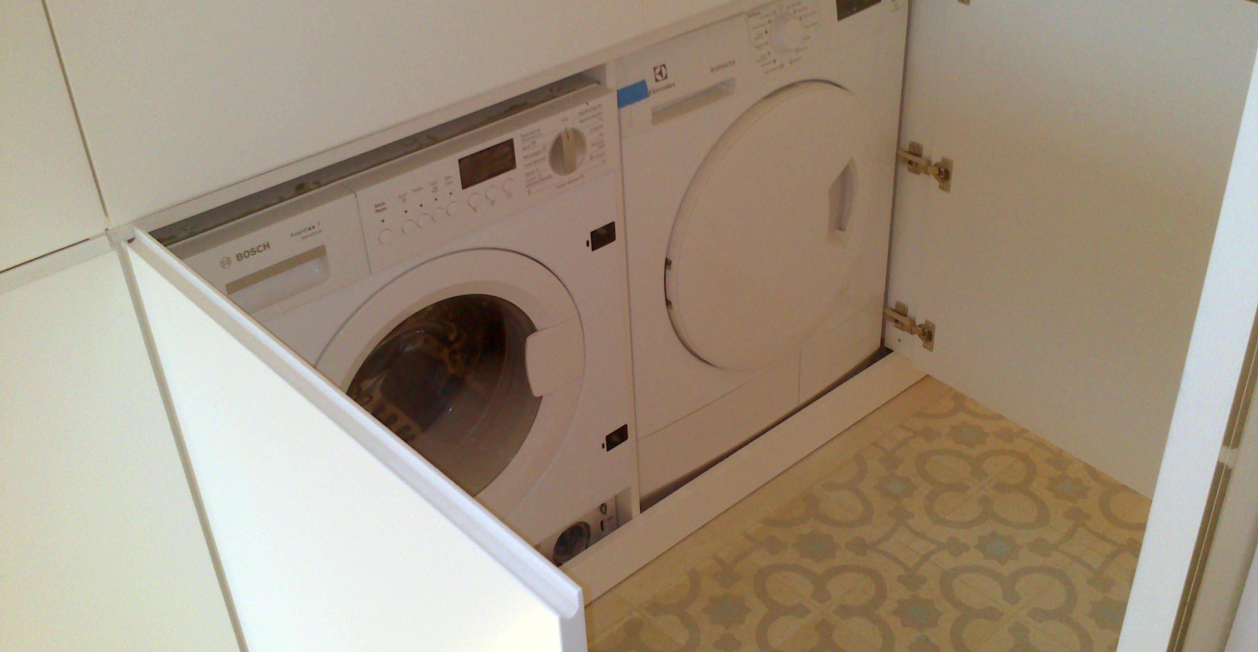 Cocina y lavadero lacados en blanco satinado con uñero.