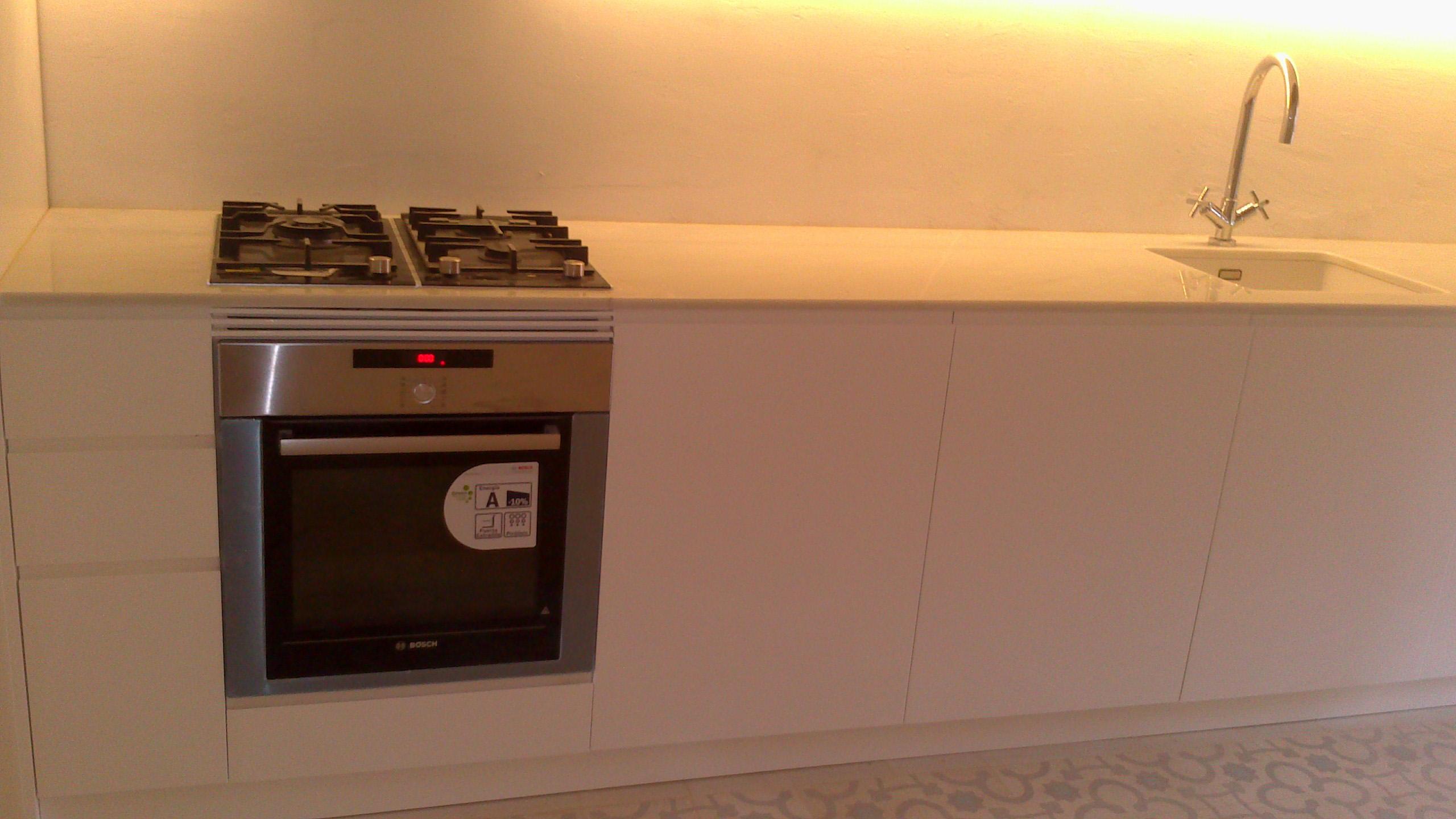 Cocina y lavadero lacados en blanco satinado mb concept for Unir cocina y lavadero