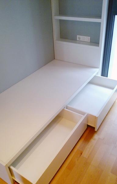 Habitación juvenil a medida con cama, escritorio y librería lacada en blanco.