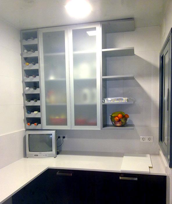 Mueble de cocina para colgar con puerta vitrina de aluminio y botellero.