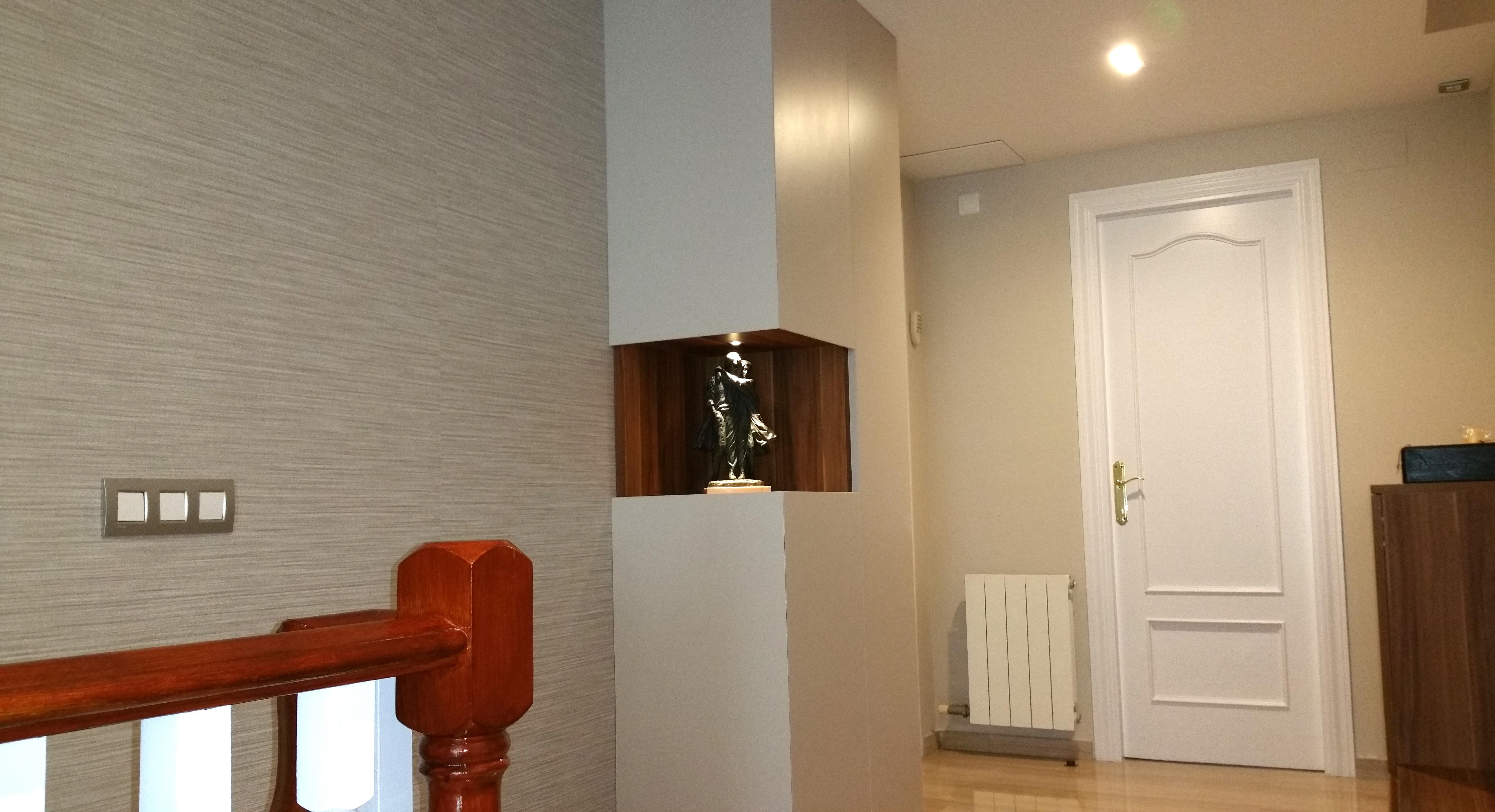Mueble columna para recibidor en melamina imitación madera y lacada blanca.