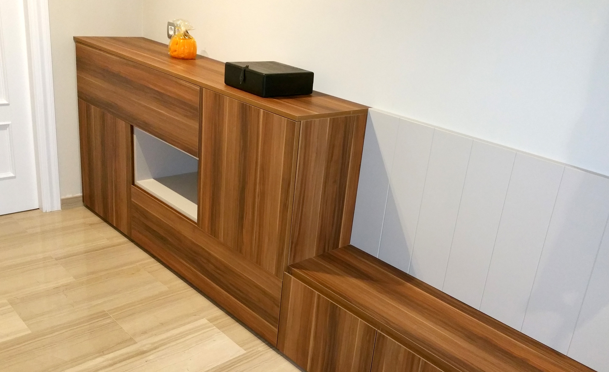 Mueble recibidor a medida en melamina color imitación madera y laca satinada con tirador uñero a inglete