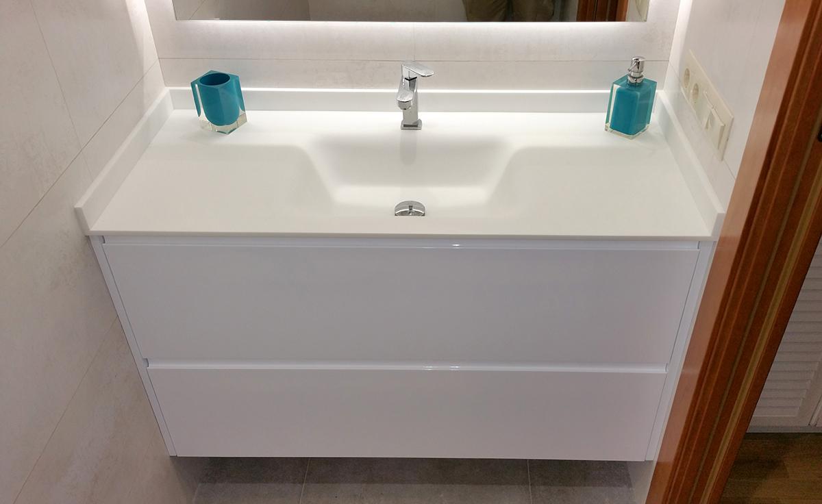 Mueble de baño a medida suspendido con uñero