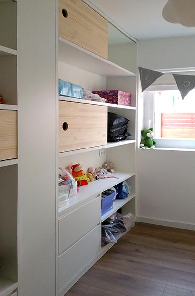 Dormitorio infantil combinado en laca blanca y madera de pino maciza y 2 cunas