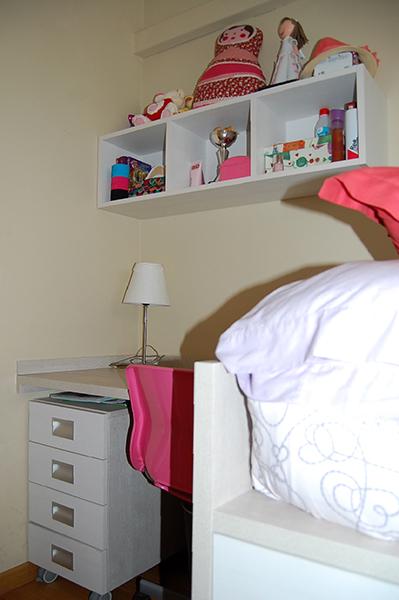Dormitorio juvenil a medida en melamina color compuesto por cama con cajones de extracción total con freno, escritorio y librería.