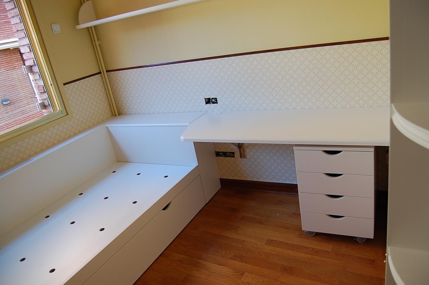 Dormitorio juvenil a medida lacado color satinado compuesto por cama nido, escritorio abatible y buc con cajones.