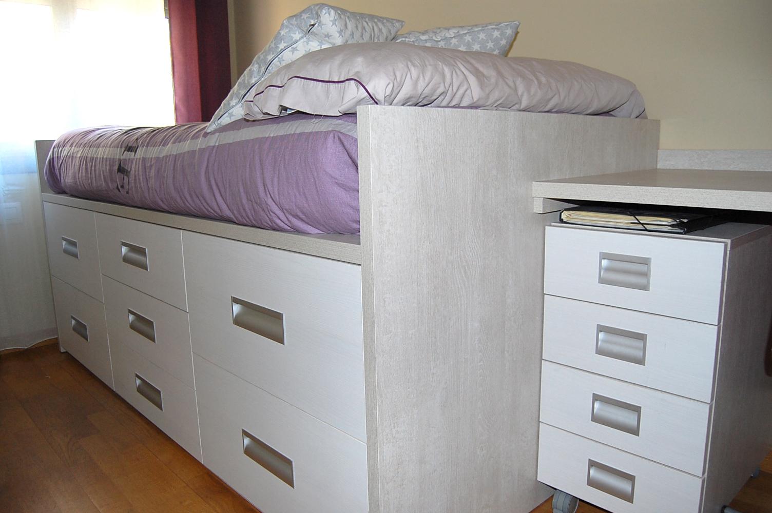 Dormitorio juvenil en melamina color compuesto por cama con cajones de extracción total con freno, escritorio y librería