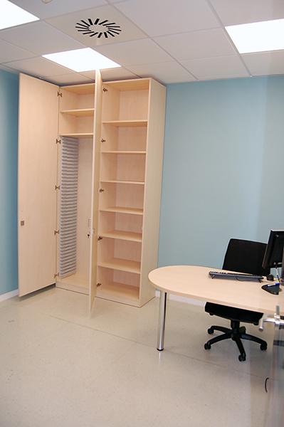 Mobiliario para oficinas en melamina color haya.