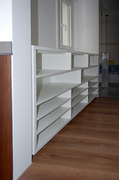 Mobiliario pasillo en melamina blanca compuesto por armario vestidor y armario zapatero.