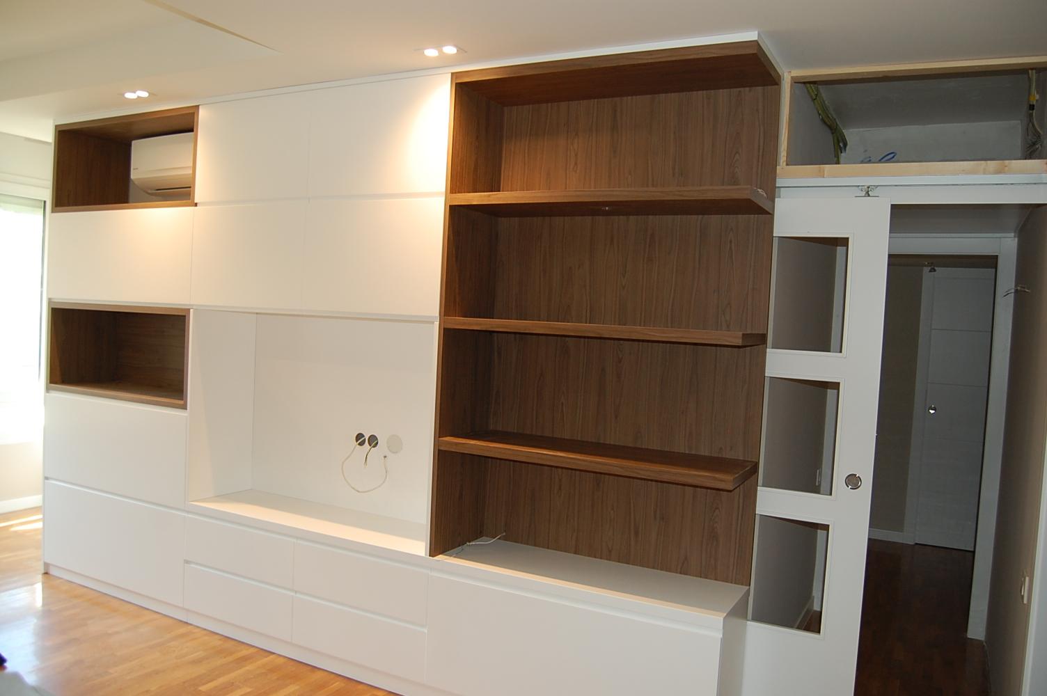 Mueble comedor a medida combinado en laca blanca y laminado madera. Cajones de extracción total con freno
