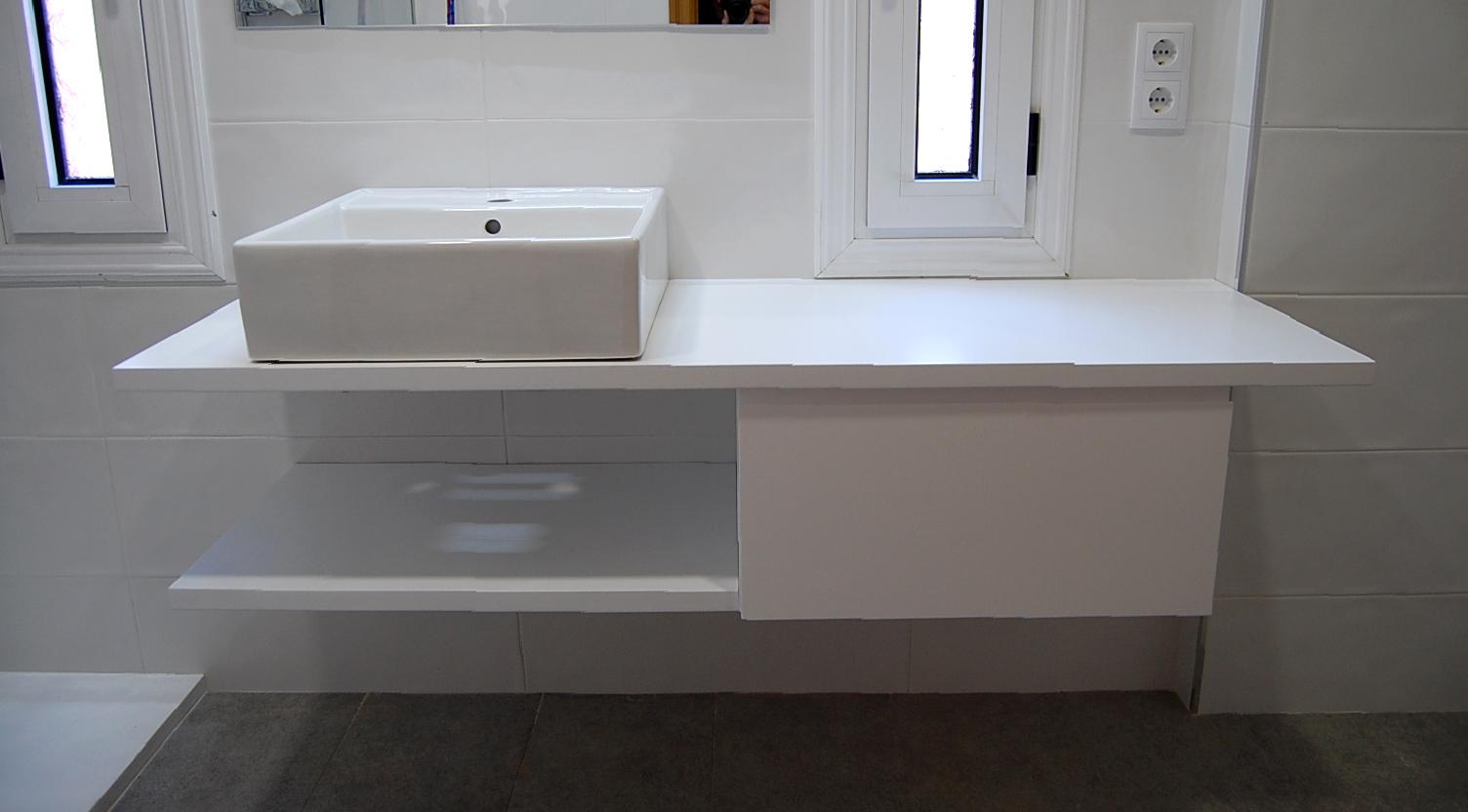 Mueble de baño a medida suspendido lacado blanco satinado con uñero. Encimera hidrófuga, cajón con guía de extracción total con freno y estante.