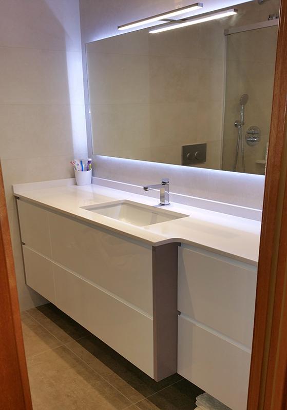 Mueble de baño suspendido a medida lacado brillo con uñero y cajones con guía de extracción total con freno