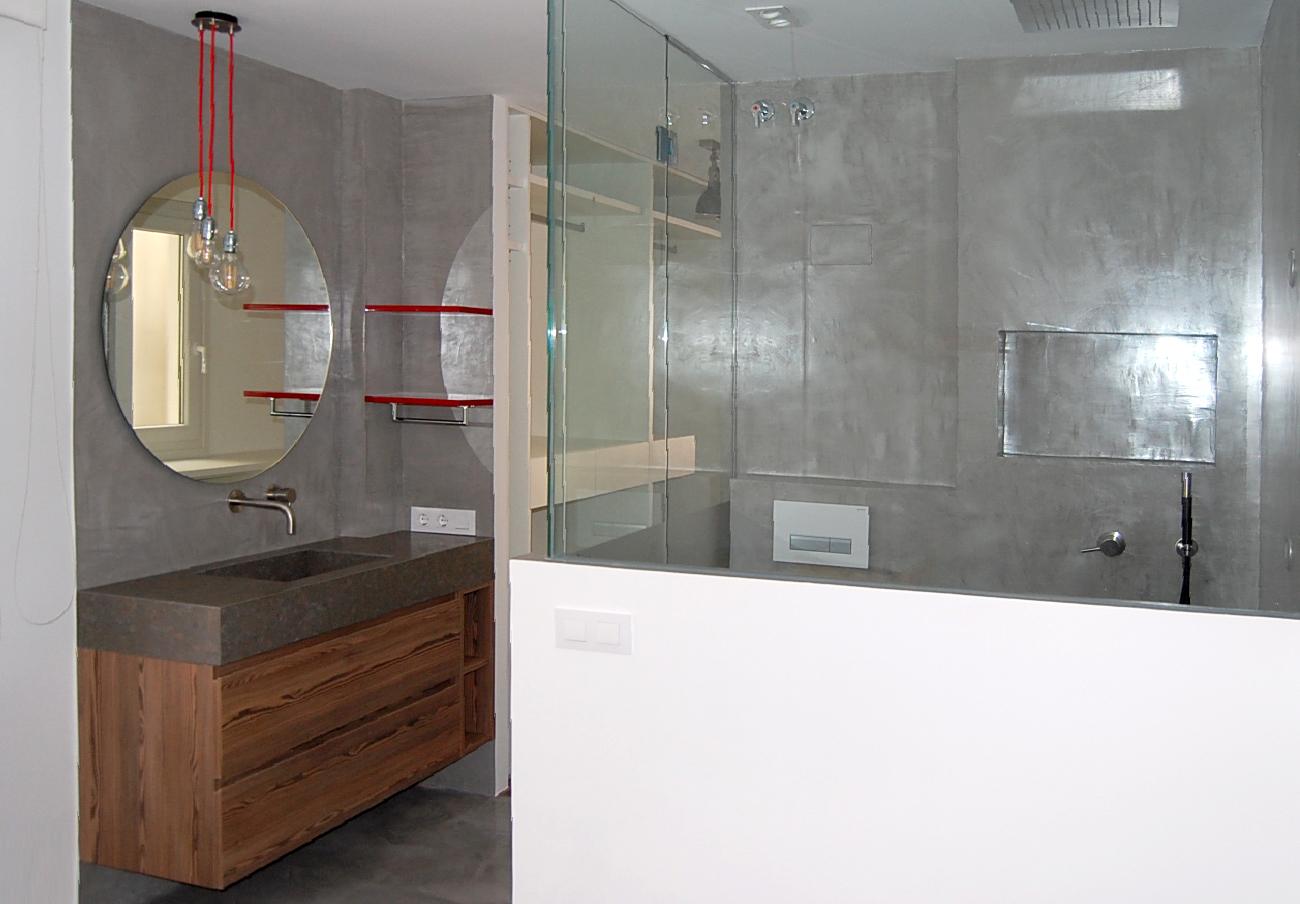 Mueble de baño suspendido en melamina color con uñero ingletado. Cajones con guía de extracción total con freno y módulo decorativo con 1 estante.