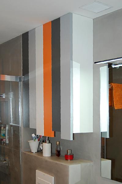 Mueble de baño a medida suspendido combinado en melaminas de color con cajones de extracción total con freno y módulo auxiliar con dos puertas.