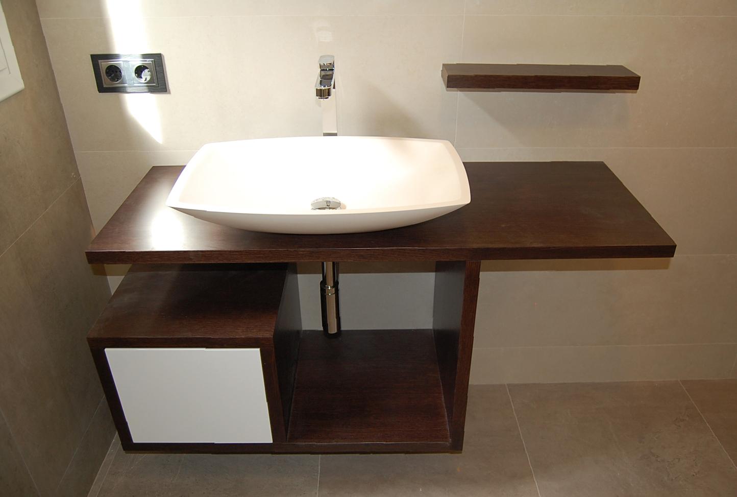 Mueble de baño suspendido en rechapado barnizado con encimera hidrófuga y cajón push lacado blanco. Columna en rechapado barnizado con puerta push lacada en blanco.