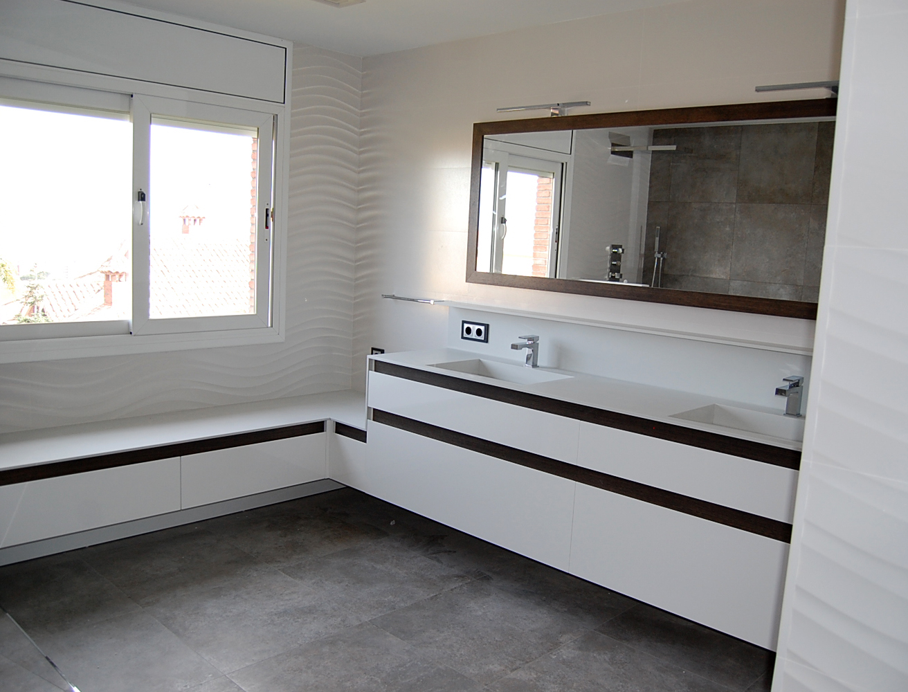 Mueble de baño y mueble tocador suspendidos lacados en blanco con