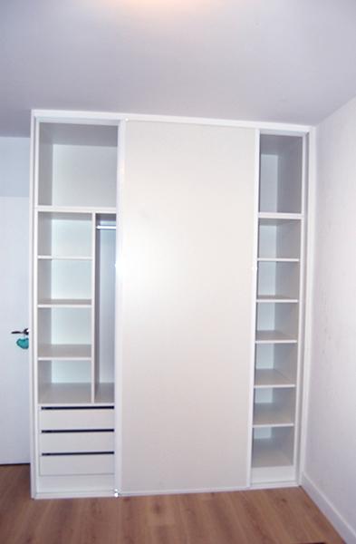 Armario de puertas correderas en melamina blanca con perfil de aluminio