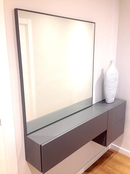 Conjunto mueble recibidor lacado color satinado con espejo