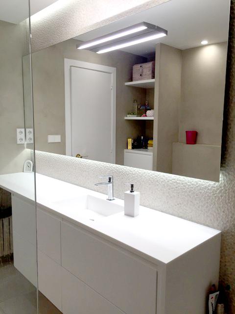 Mueble de baño a medida lacado blanco satinado con apertura push