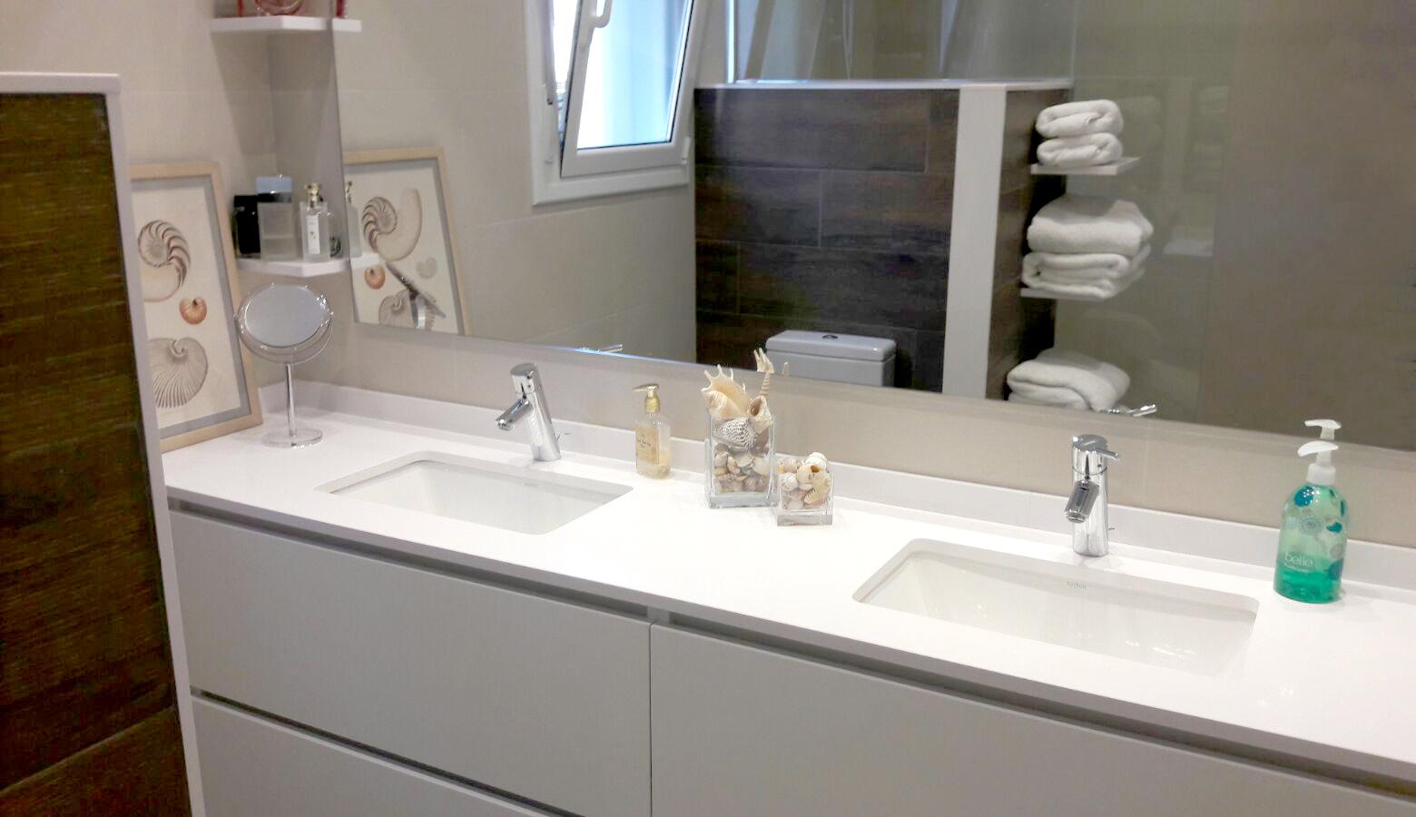 Mueble de baño suspendido a medida en melamina blanca con uñero
