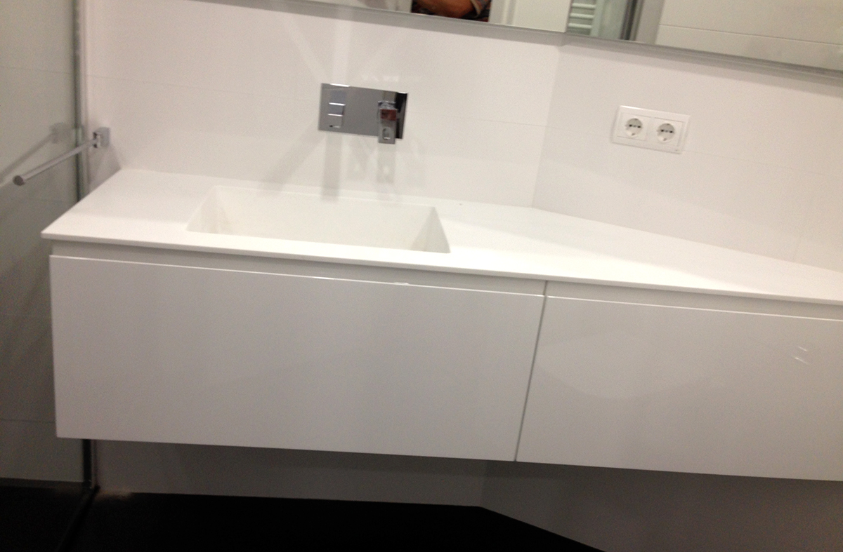 Mueble de baño suspendido con angular lacado blanco satinado con uñero